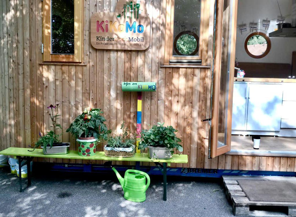Kikomo von außen - Kinderkochmobil Karlsruhe mit Kräutern und offener Tür