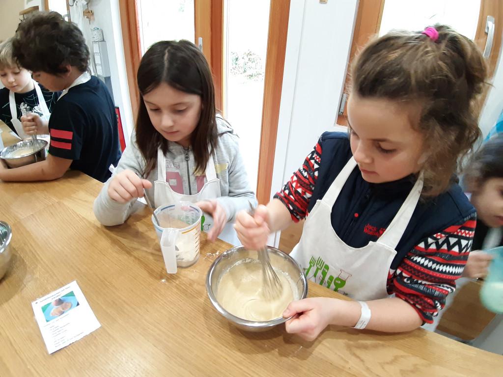 Kind rührt in Schüssel Kochworkshops