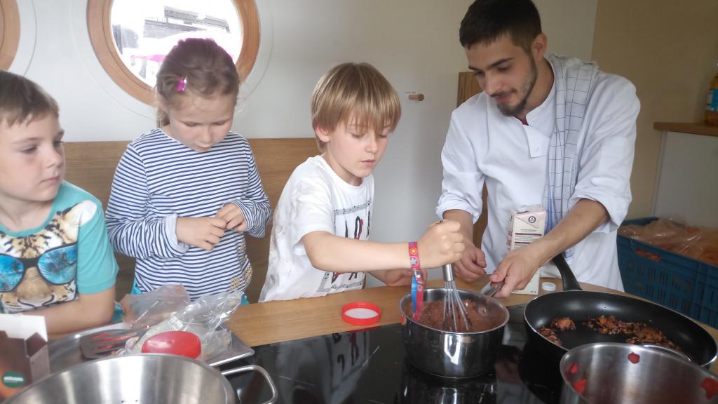 Koch mit Kindern im KiKoMo